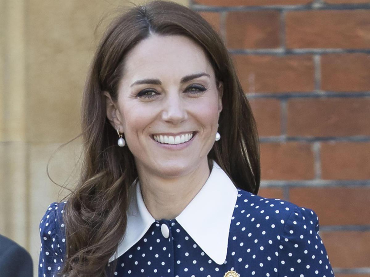 Księżna Kate w niebieskiej sukience w grochy