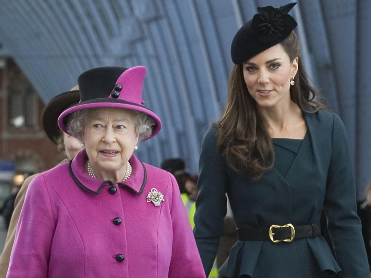 Księżna Kate w toczku i Elżbieta II w fuksjowej stylizacji podczas oficjalnej wizyty