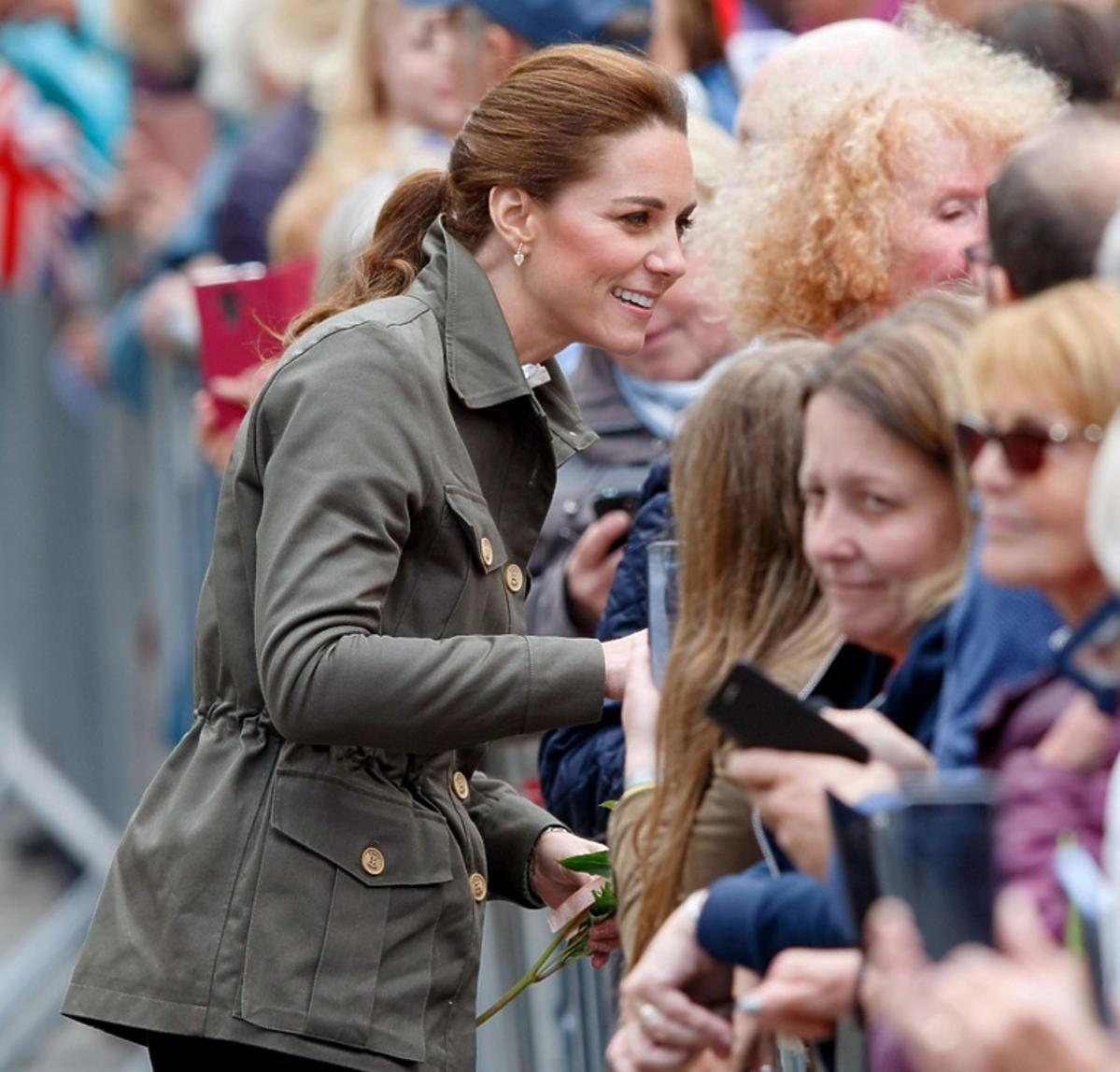 księżna Kate wita sięz tłumem ludzi