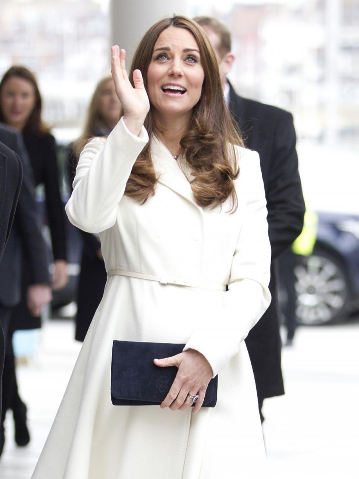 Księżna Kate z coraz większym brzuchem