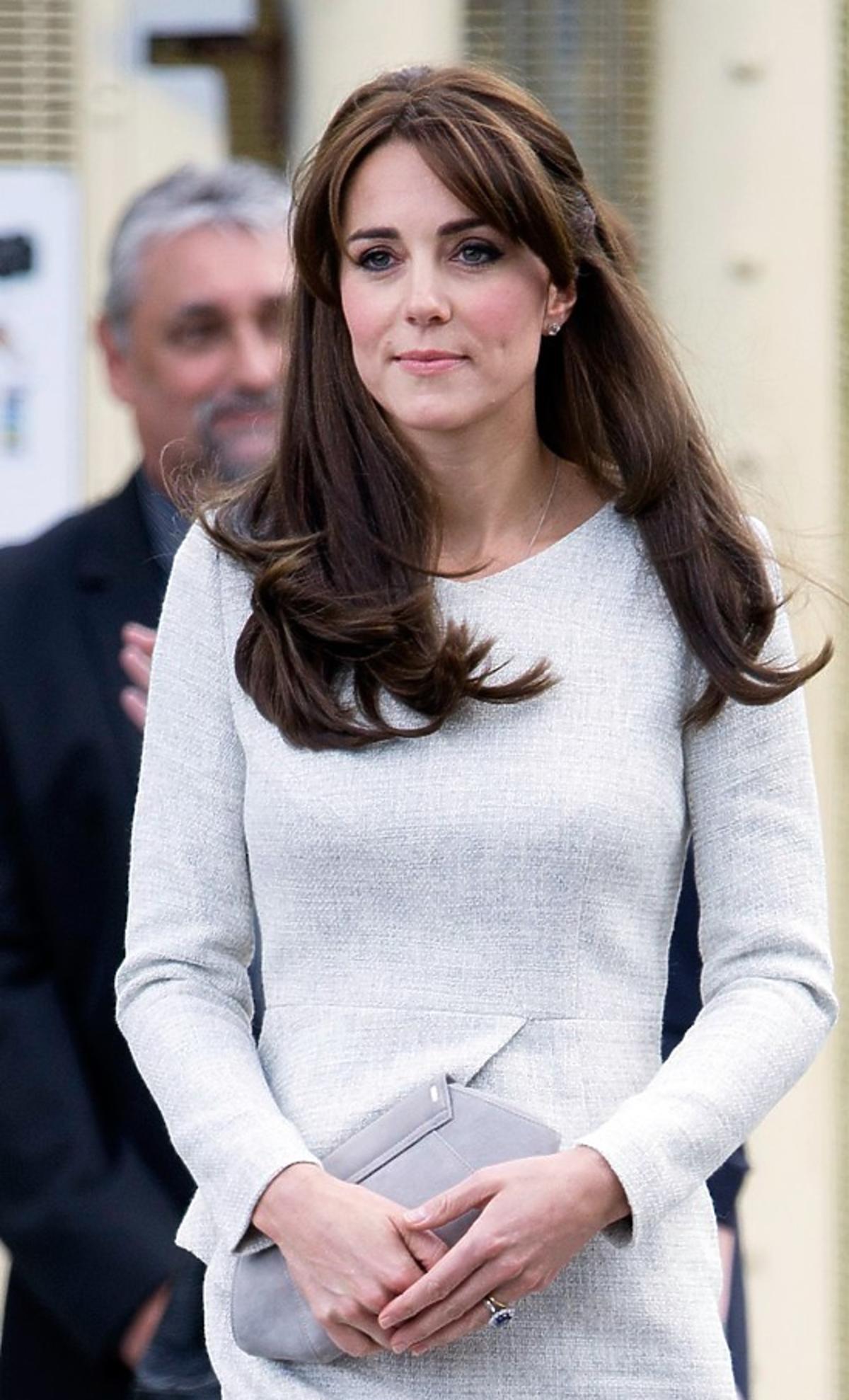 Księżna Kate z wizytą w żeńskim więzieniu w kremowej sukience