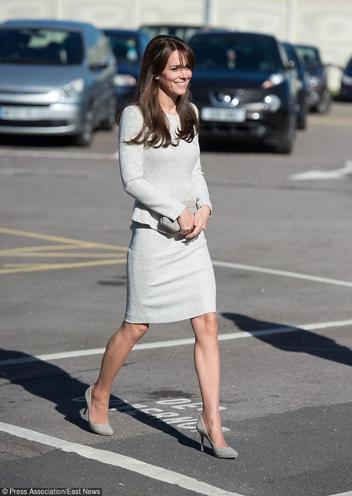 Księżna Kate z wizytą w żeńskim więzieniu w szarych szpilkach