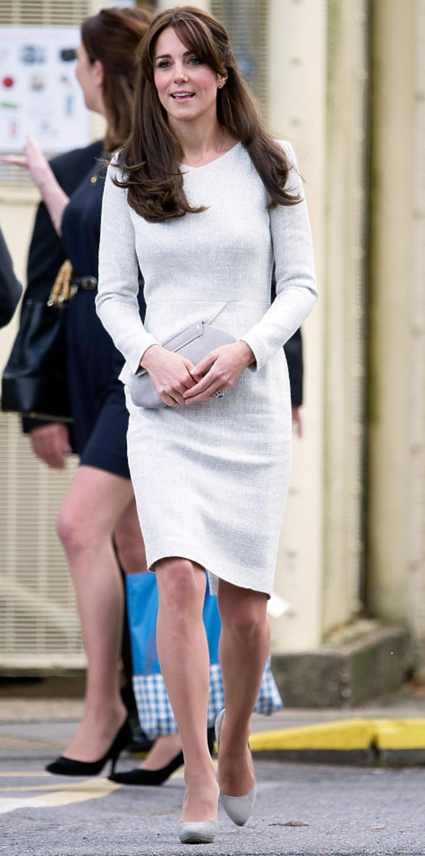 Księżna Kate z wizytą w żeńskim więzieniu z beżową torebką