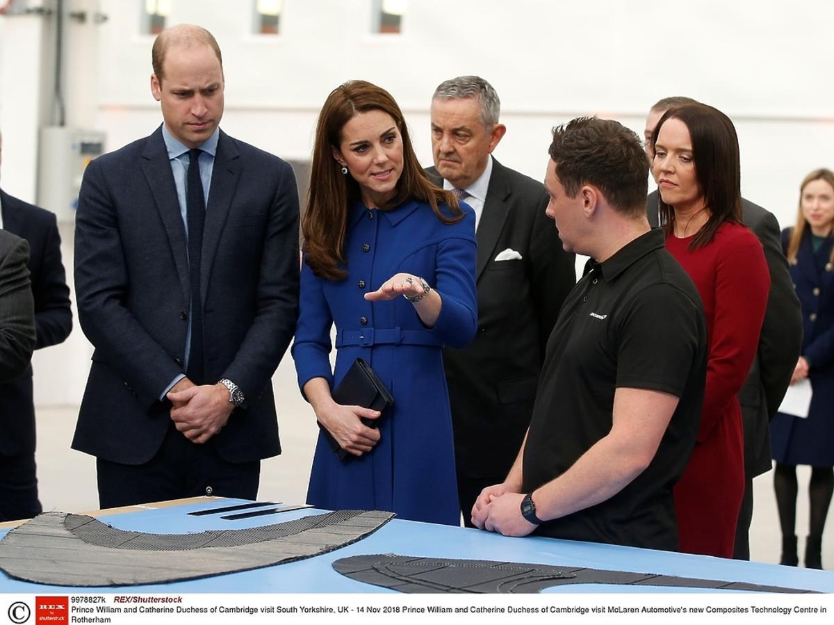 Księżna Kate zasłania brzuch