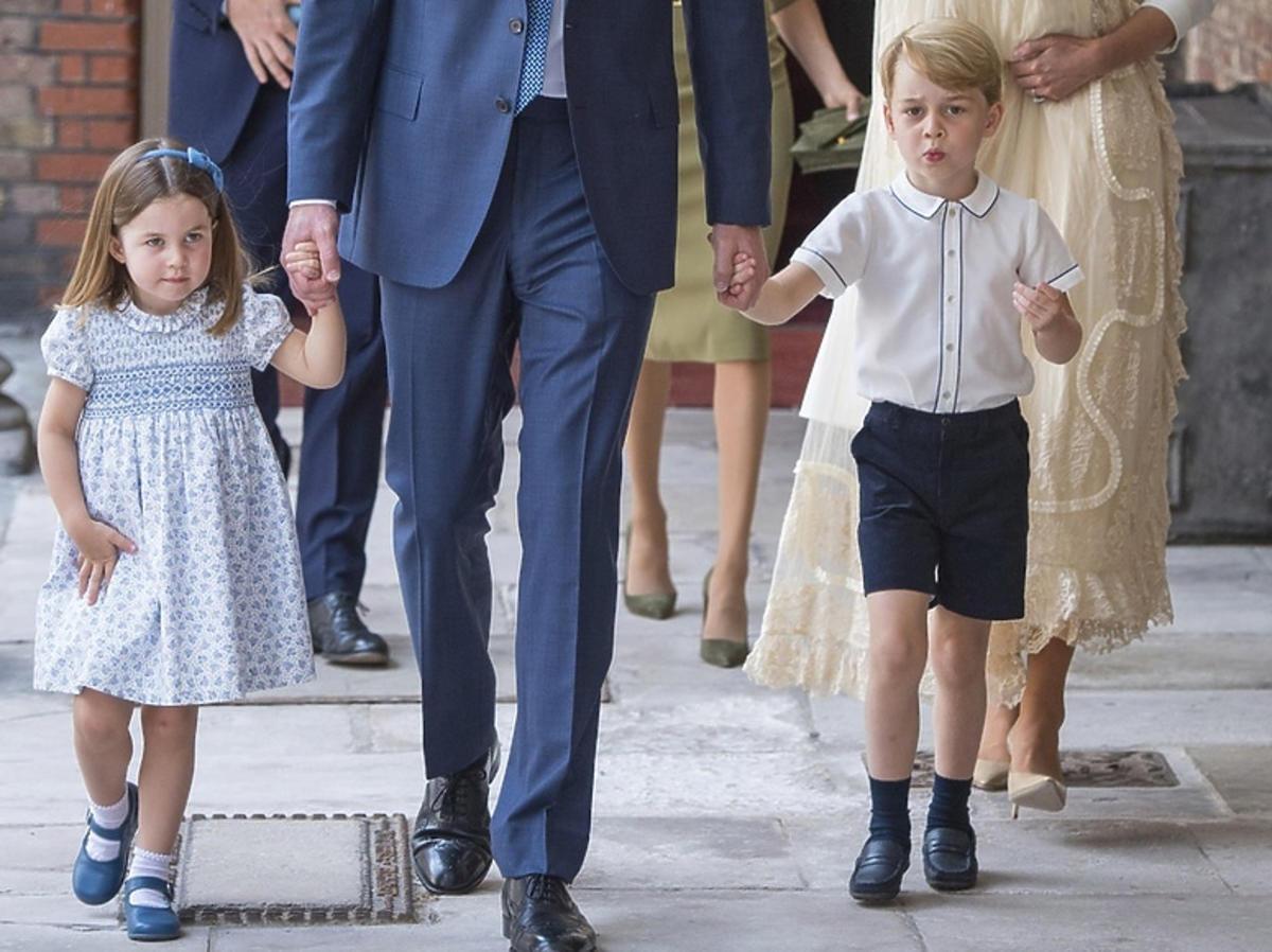 Księżniczka Charlotte i książę George z rodzicami podczas chrztu brata Louisa