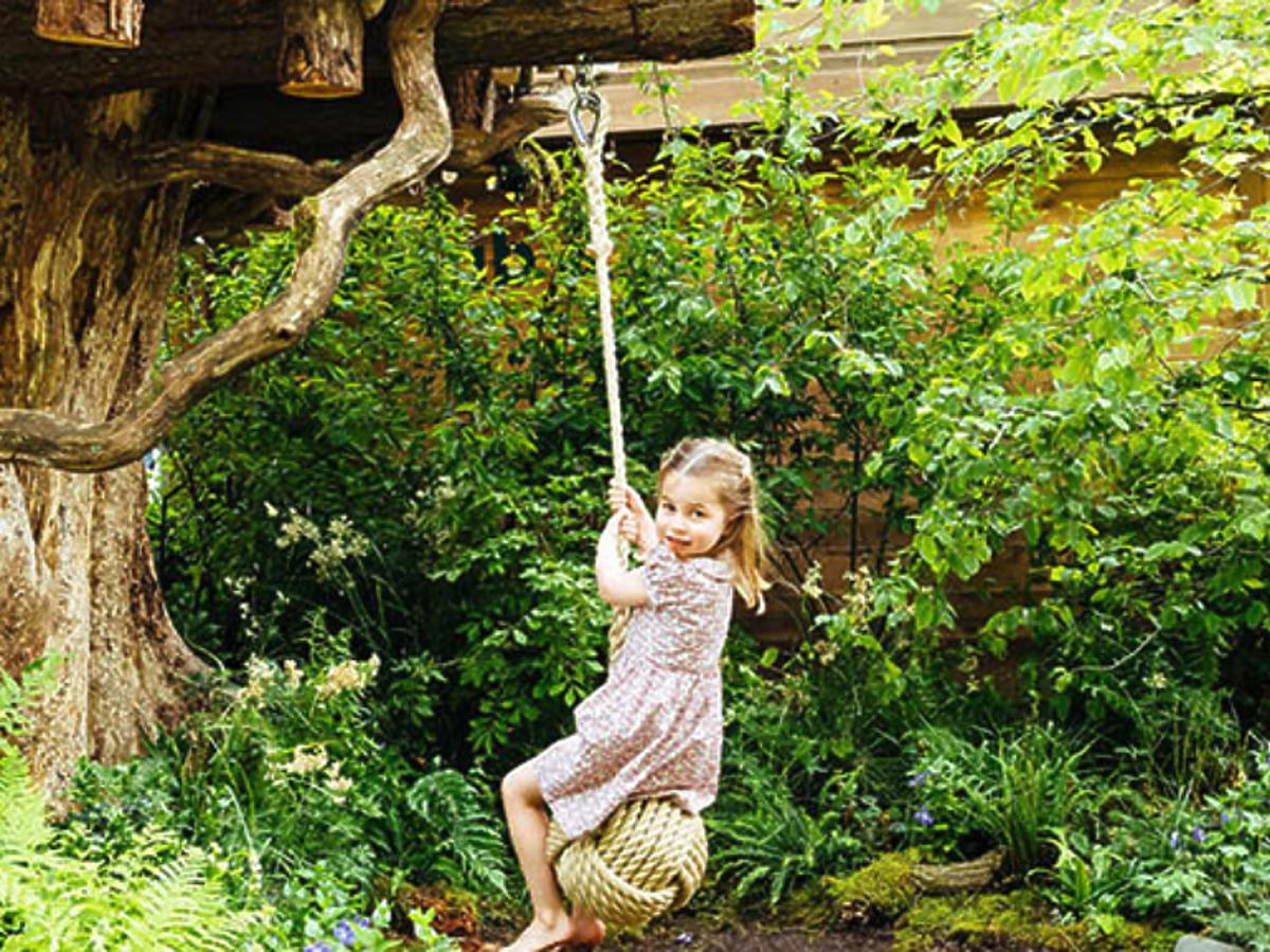 Księżniczka Charlotte w ogrodzie