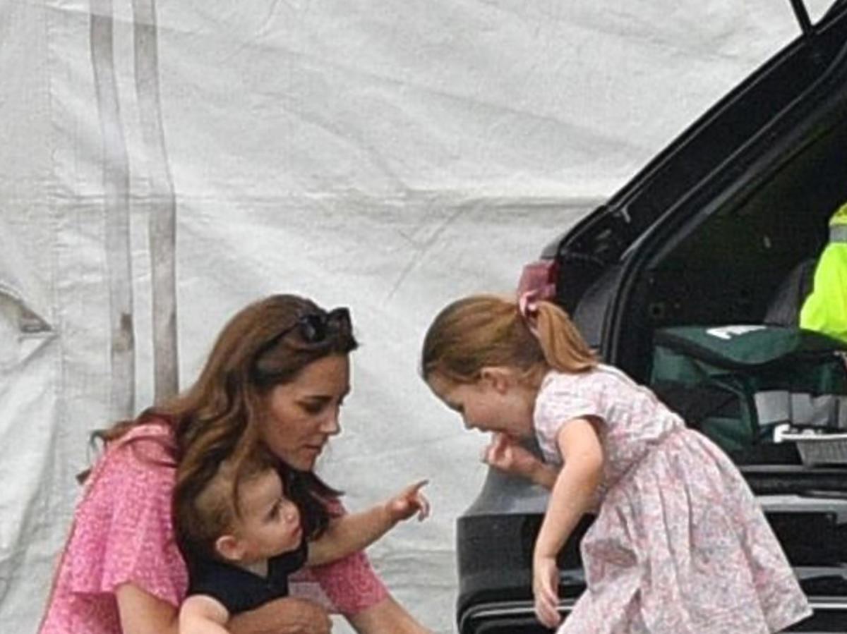 Księżniczka Charlotte zajmuje się swoim bratem Louisem