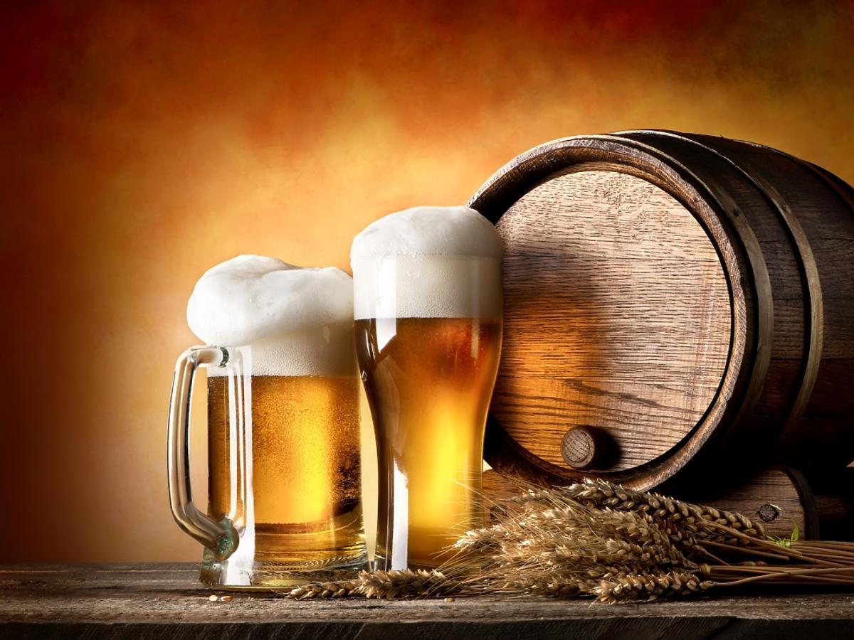 kufle i beczka z piwem