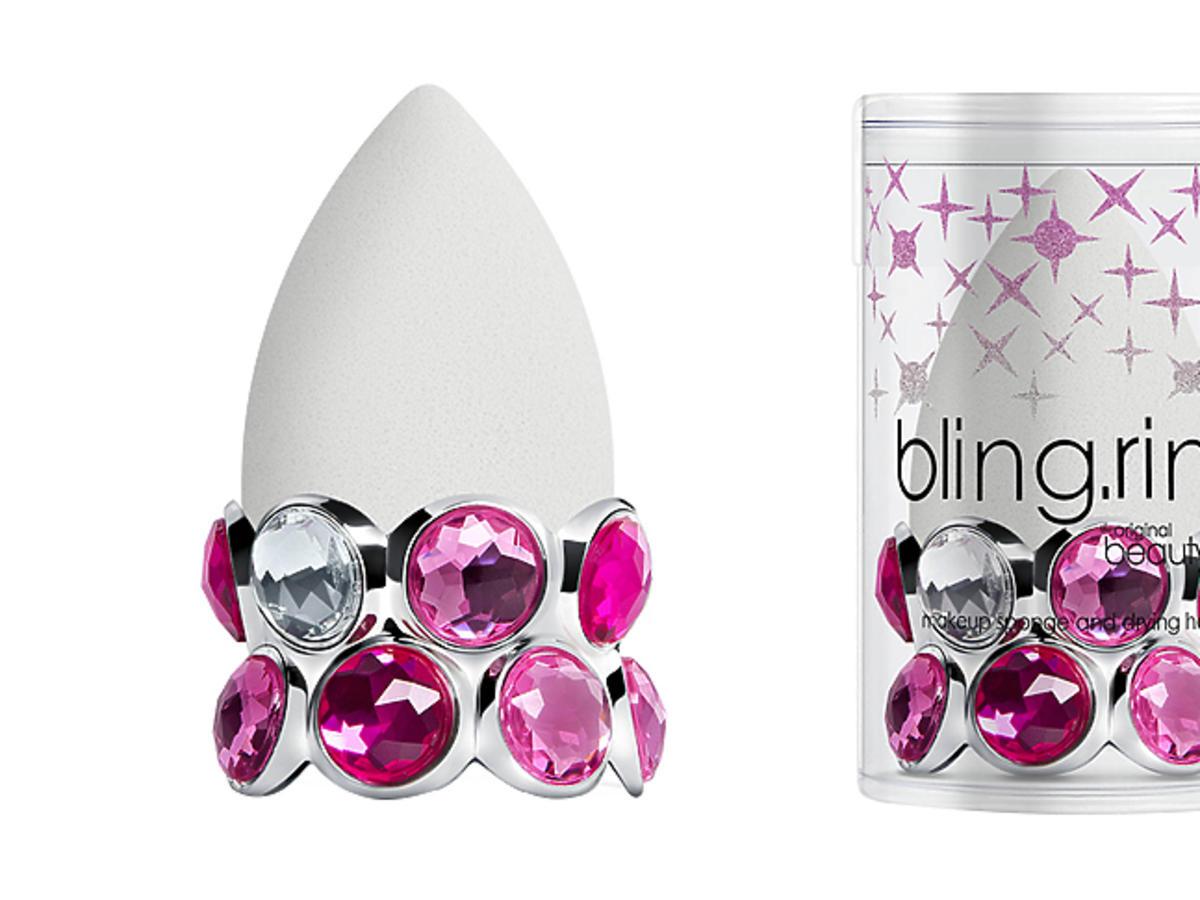 Kultowa gąbka do makijażu w nowej, specjalnej edycji, z mieniącą się podstawką. Bling Ring Beautyblender Pure, cena: 72 zł