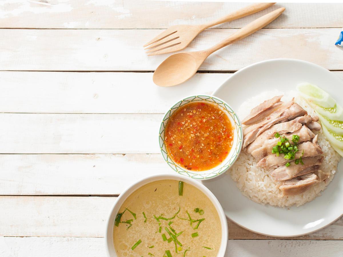 Kurczak gotowany na parze i podany z warzywami