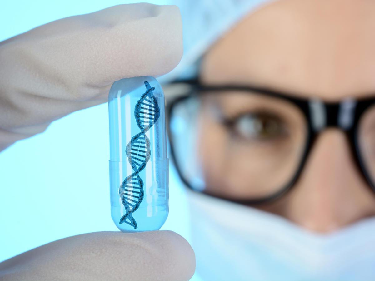 laborantka z próbką DNA
