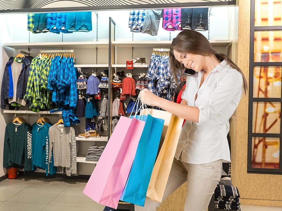 Ładna kobieta w sklepie robi zakupy
