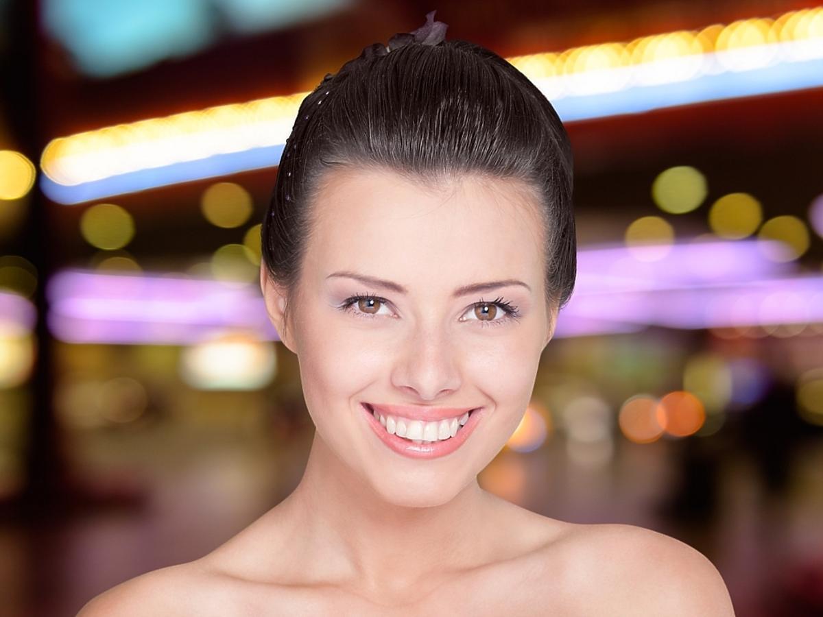 Ładna, młoda kobieta - z makijażem