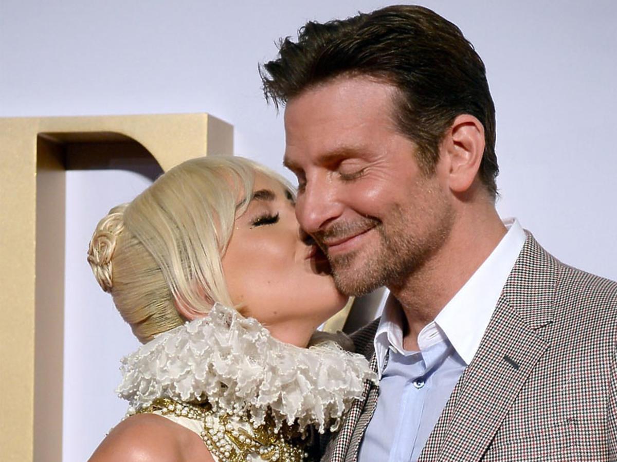 Lady Gaga całuje Bradleya Coopera