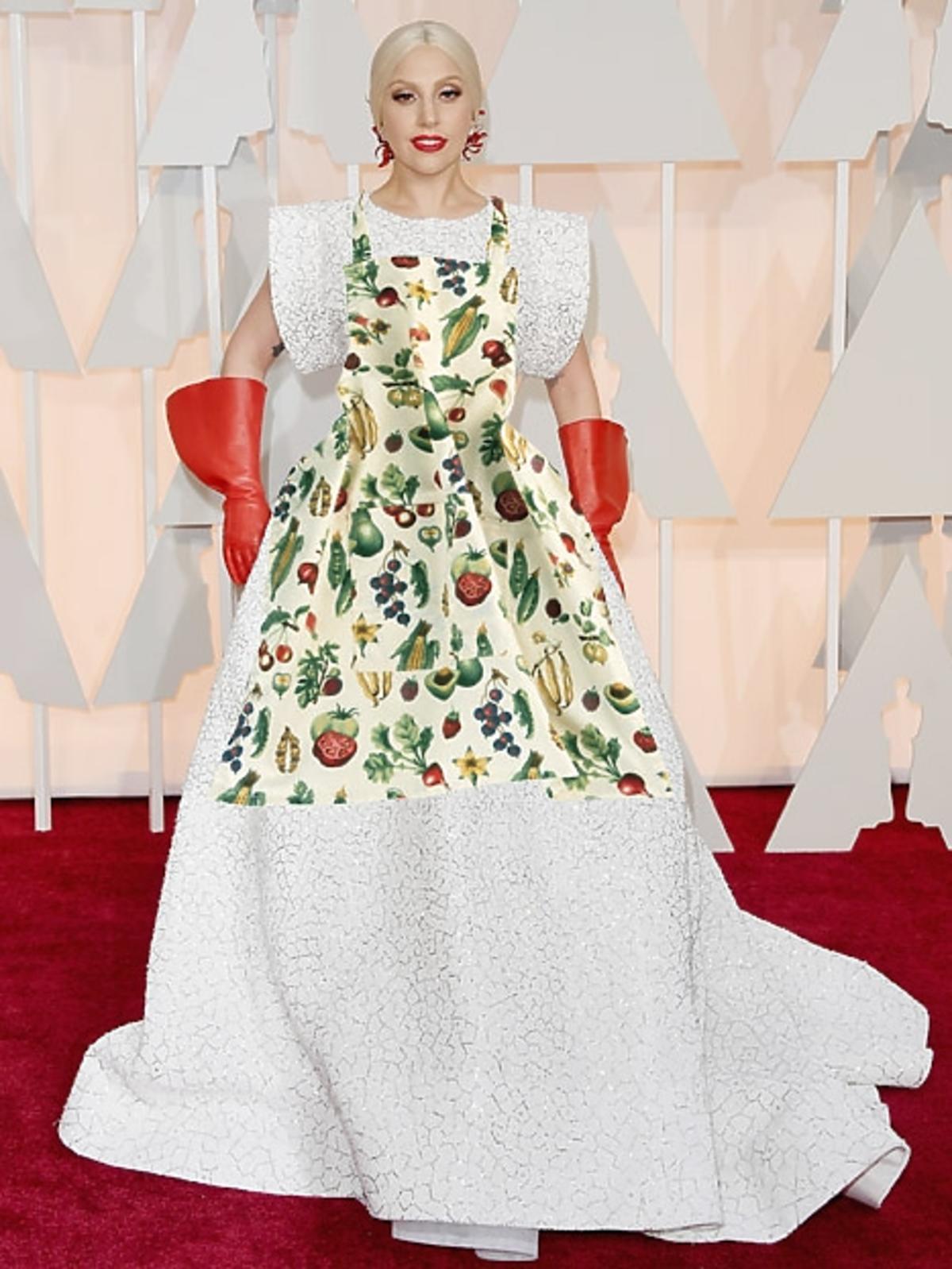 Lady Gaga w białej sukni i gumowych rękawicach