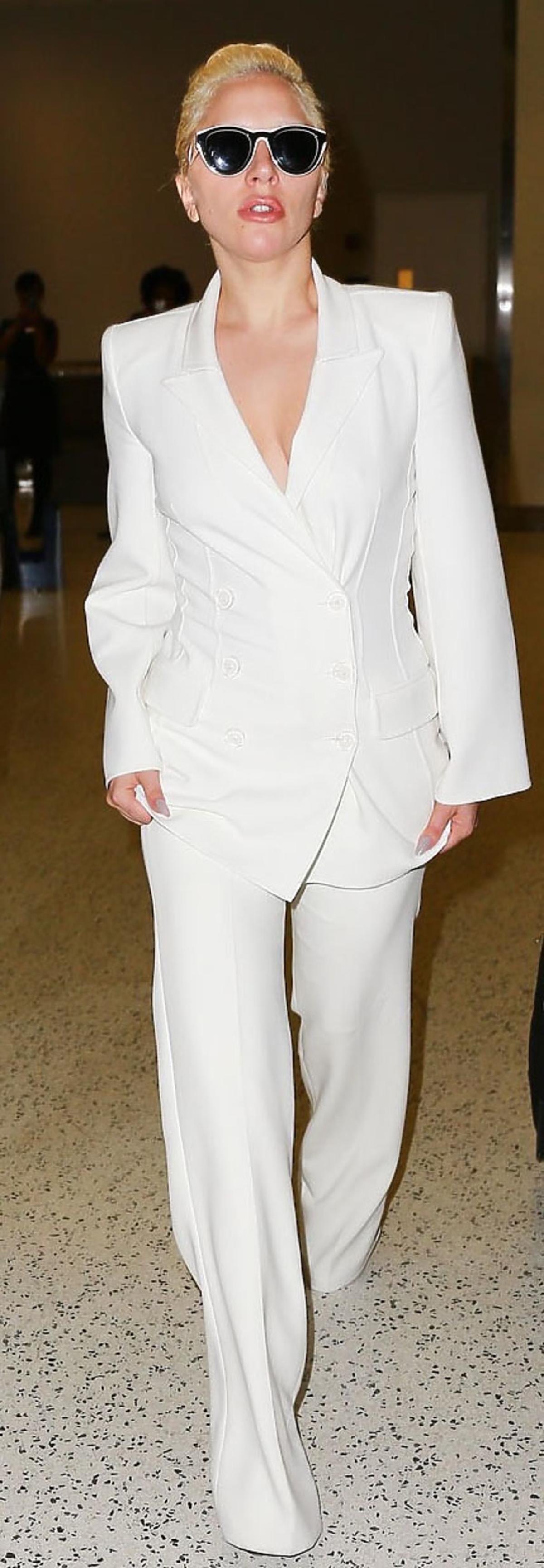 Lady Gaga w białym garniturze