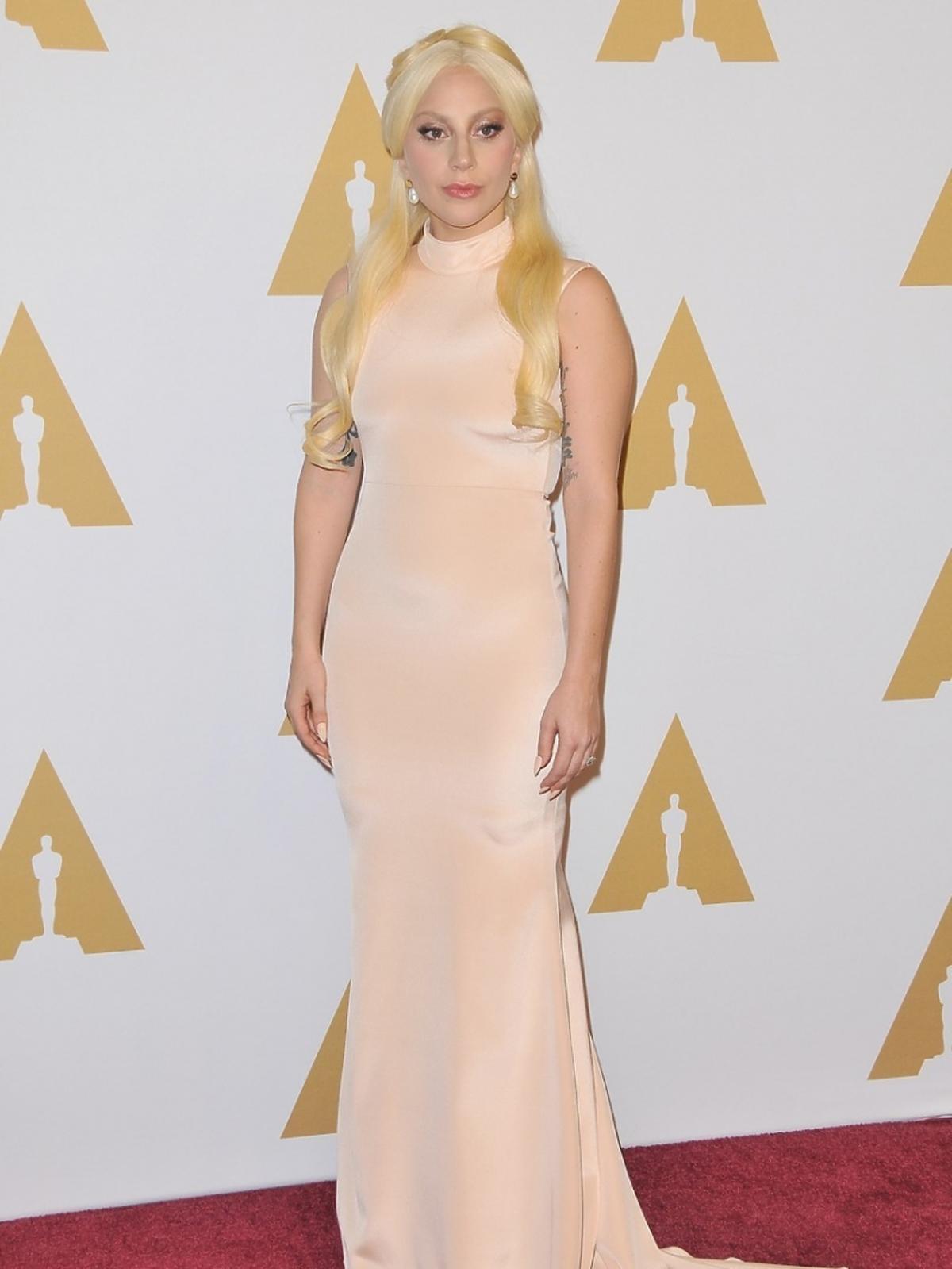 Lady Gaga w długiej sukni w jasnym kolorze