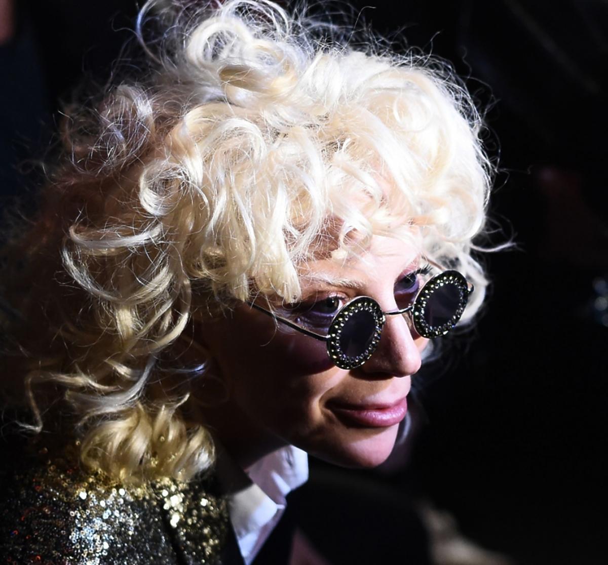 Lady Gaga w lokach i ciemnych okularach