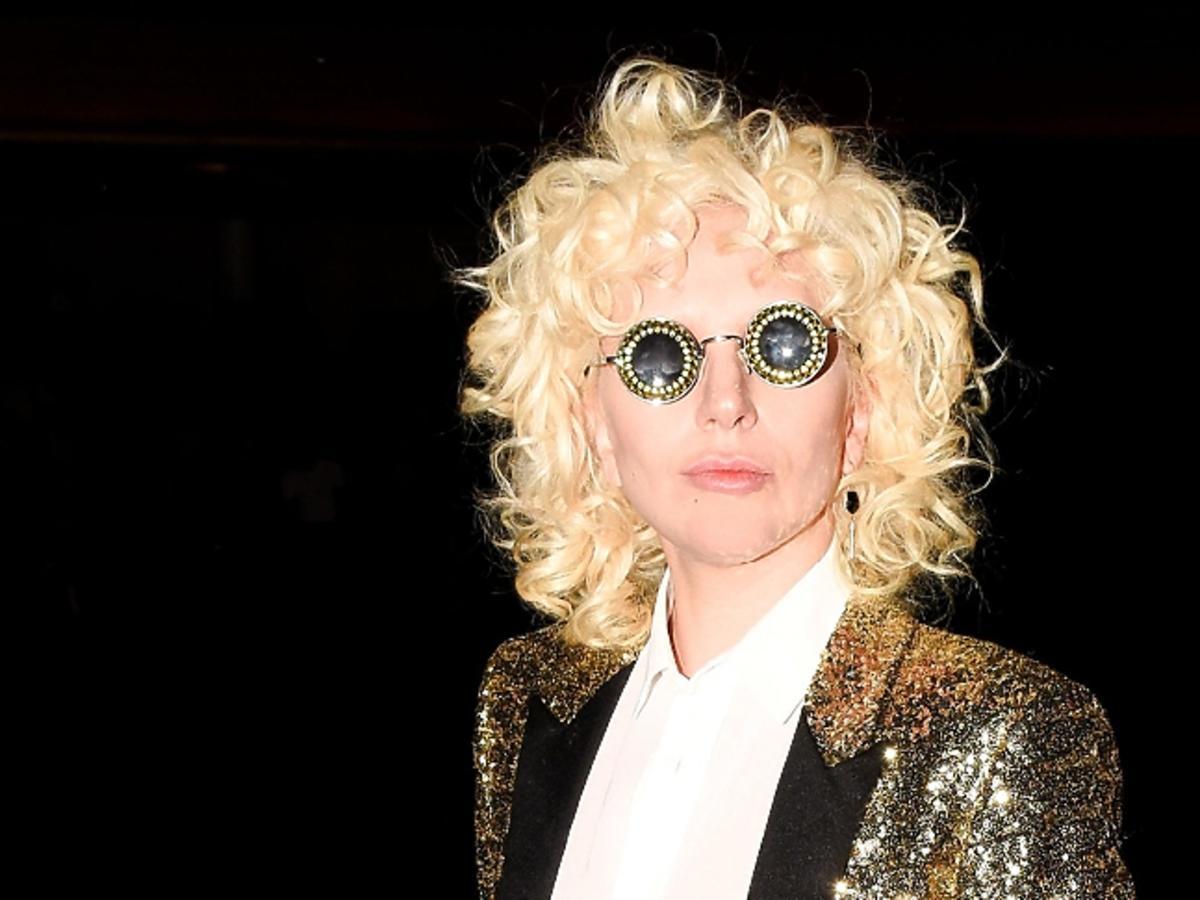 Lady Gaga w lokach i okrągłych okularach