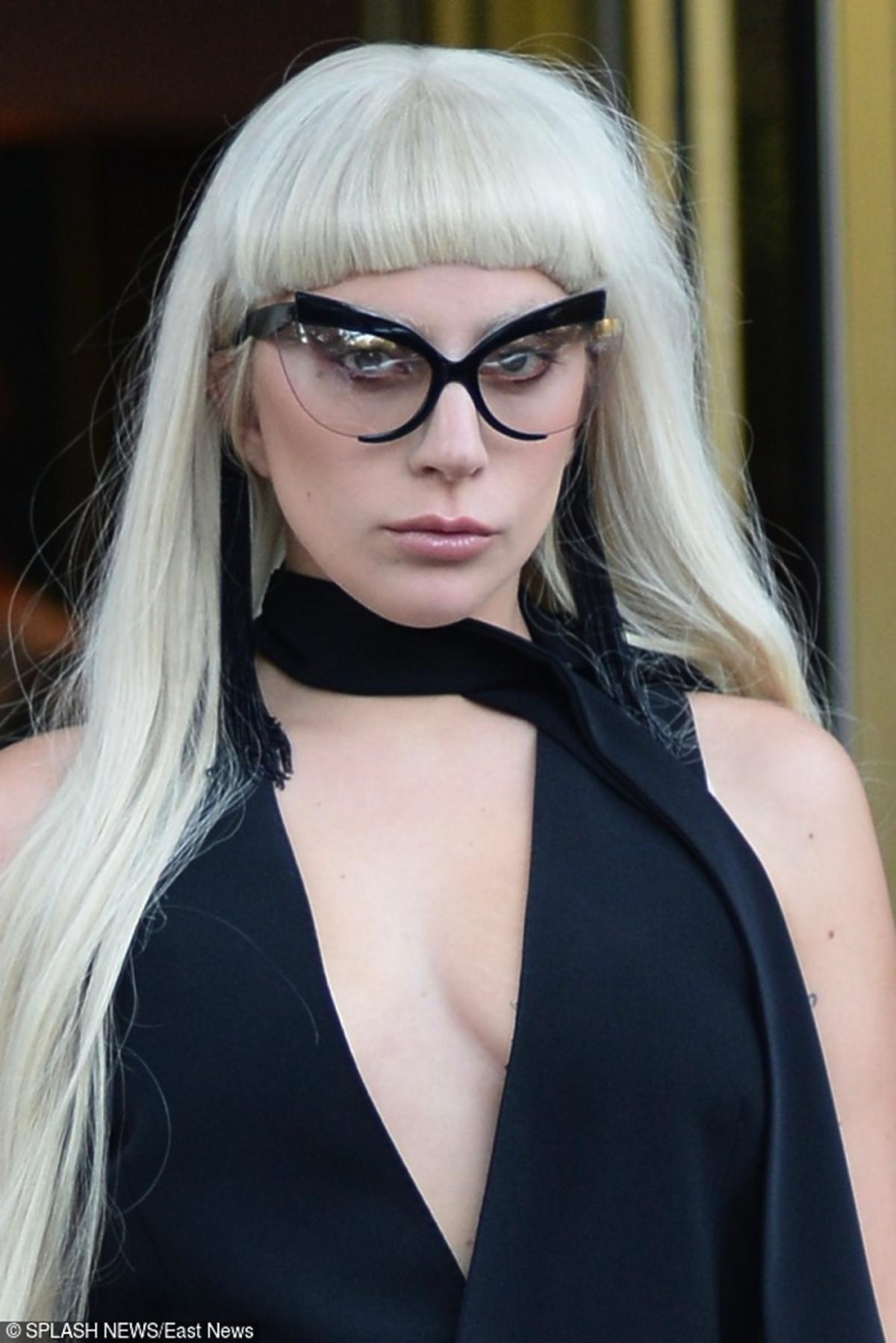 Lady Gaga w okularach i grzywce
