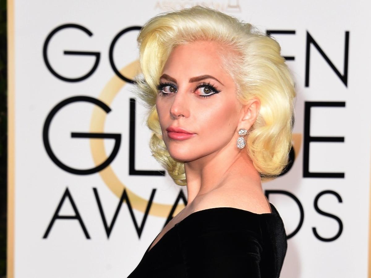 Lady Gaga w pokręconych włosach i makijażu jak Marilyn Monroe