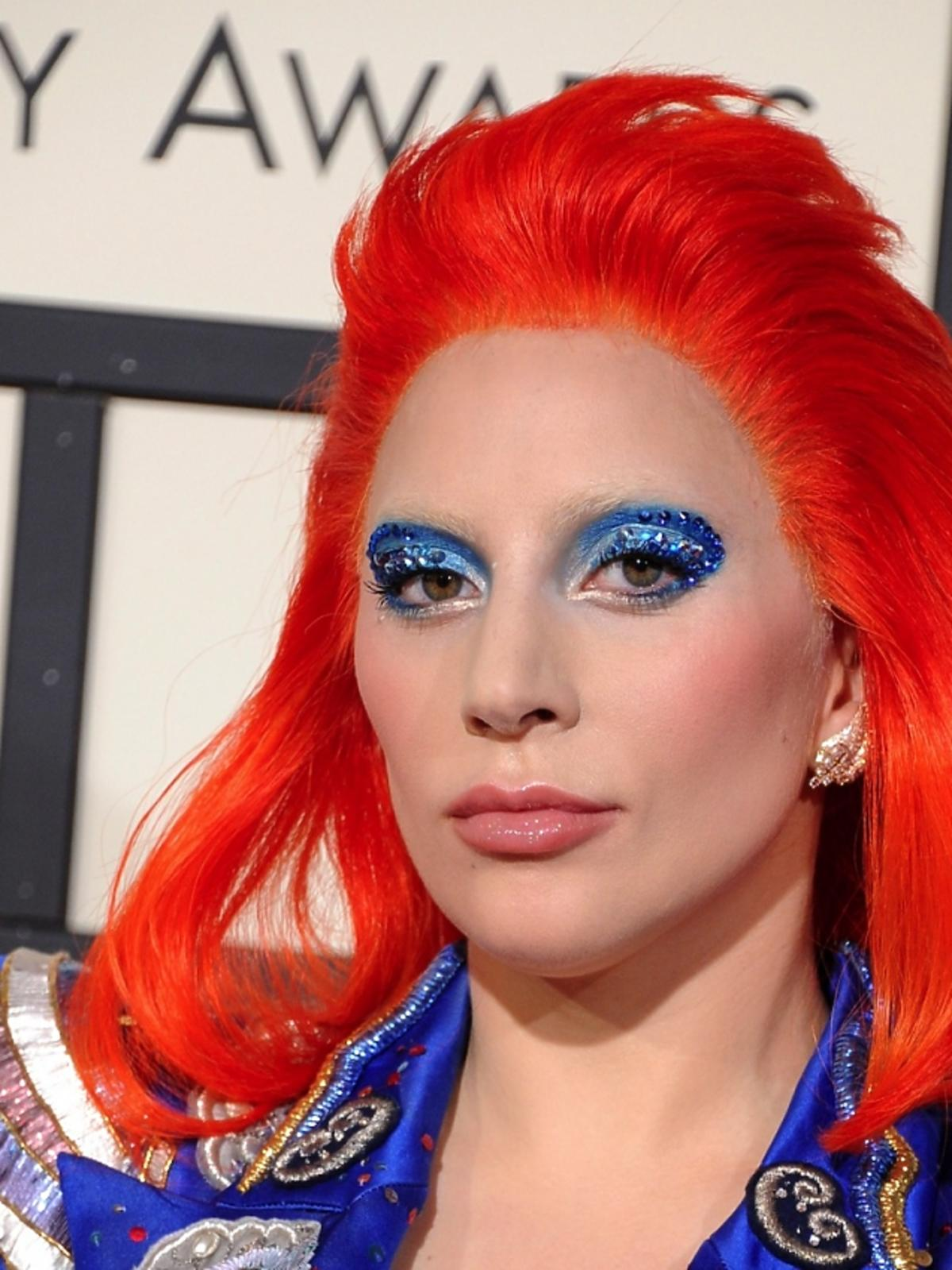 Lady Gaga w pomarańczowej peruce i niebieskim makijażu