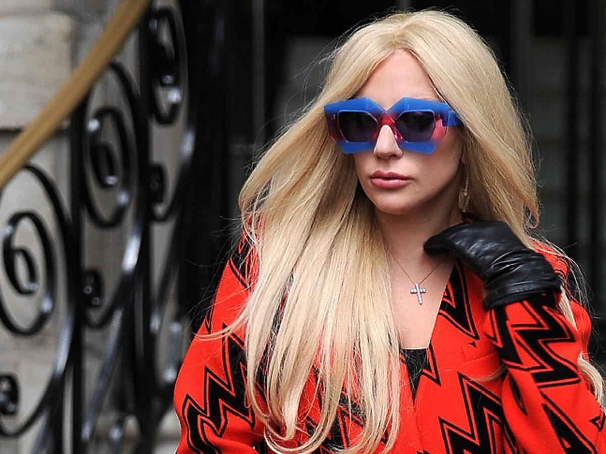 Lady Gaga w pomarańczowym płaszczu i okularach przeciwsłonecznych