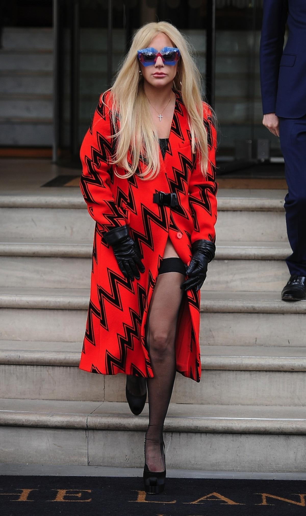 Lady Gaga w pomarańczowym płaszczu z czarnym wzorem