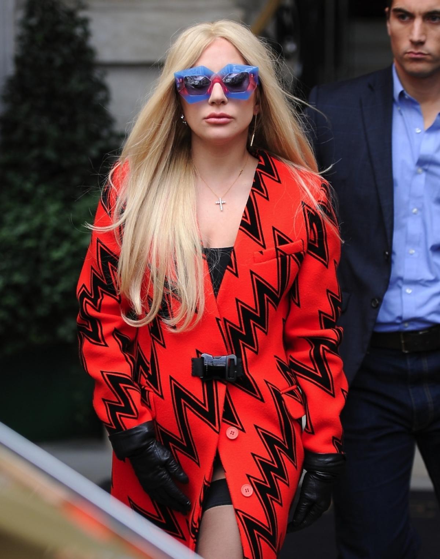 Lady Gaga w pomarańczowym płaszczu z nadrukiem w zygzaki