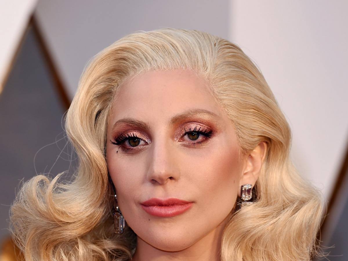 Lady Gaga w sukni z dekoltem i lokach