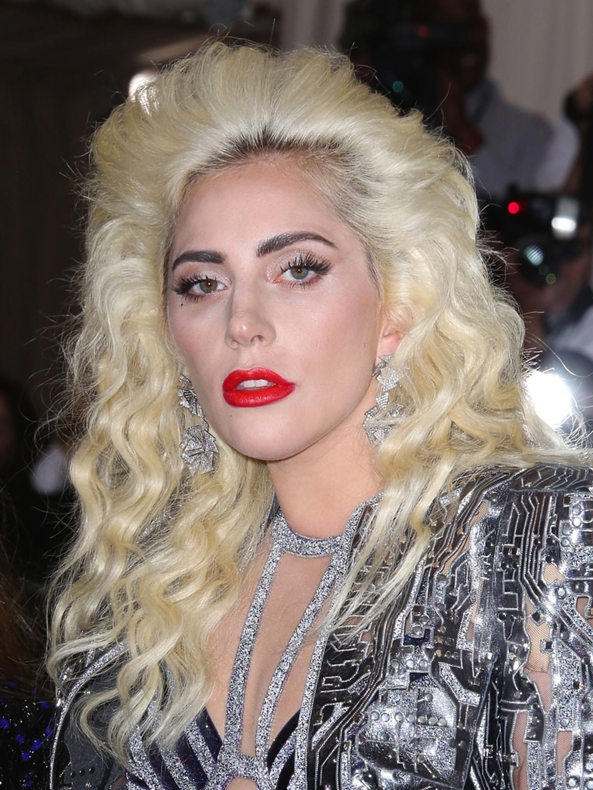 Lady Gaga z czerwonymi ustami i tapirem na głowie