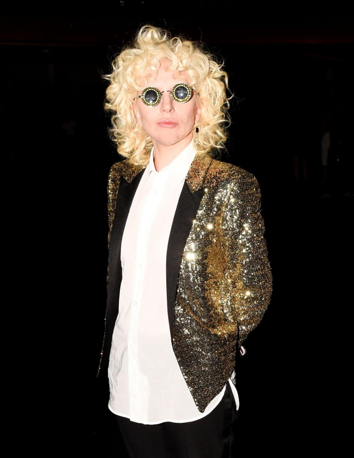 Lady Gaga złotej marynarce i białej koszuli