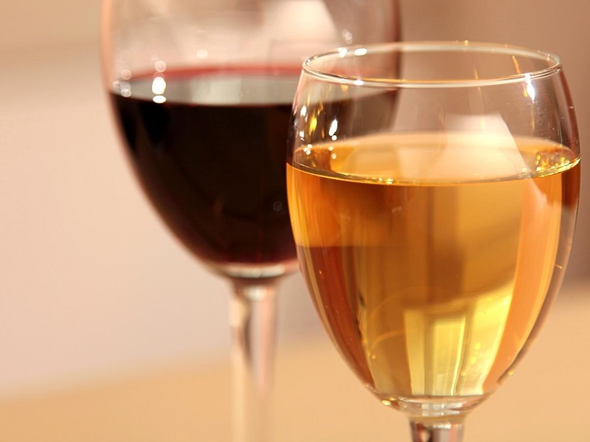 lampka wina czerwonego i białego