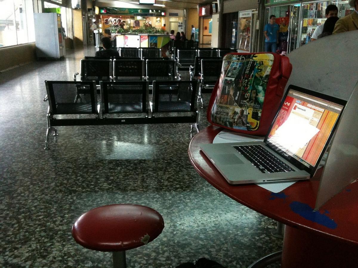 laptop na stoliku w miejscu publicznym