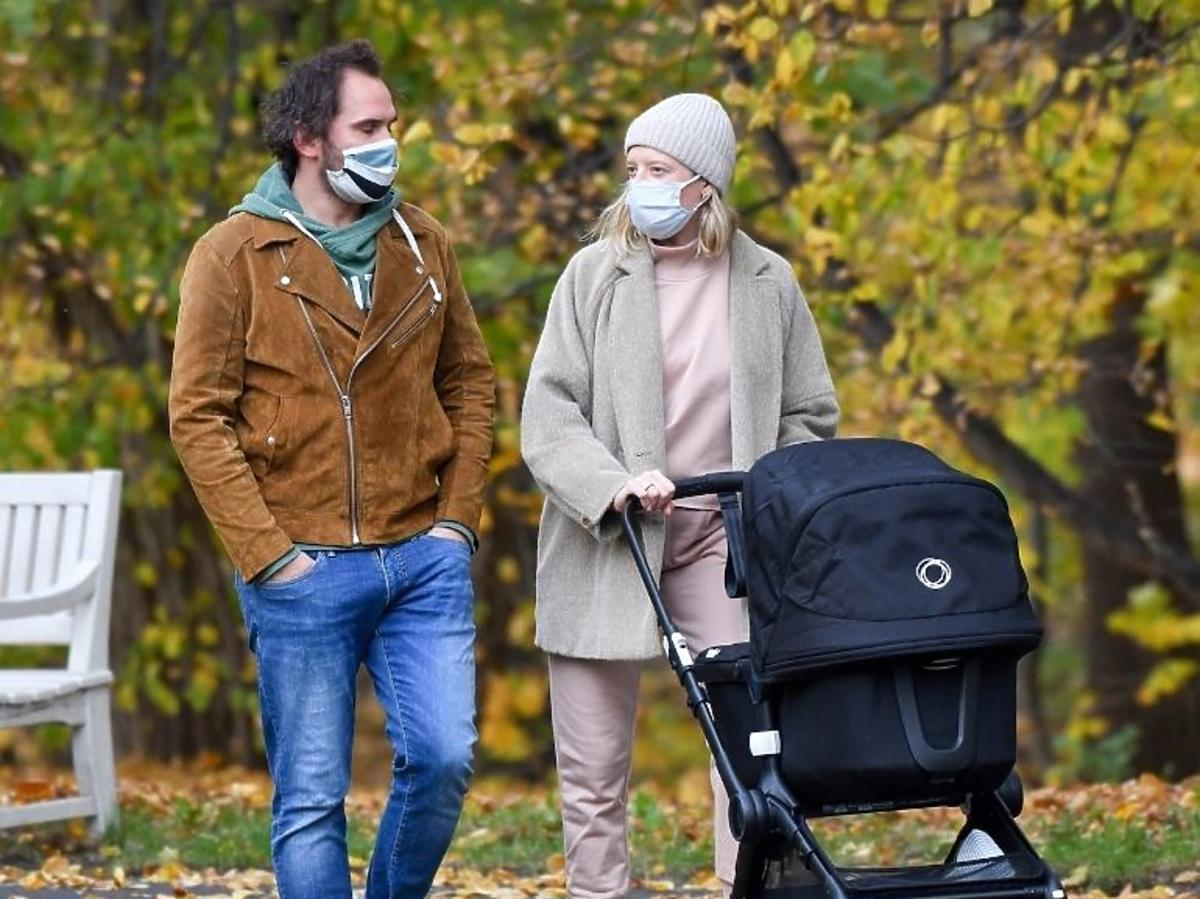 Lara Gessler na spacerze z córką