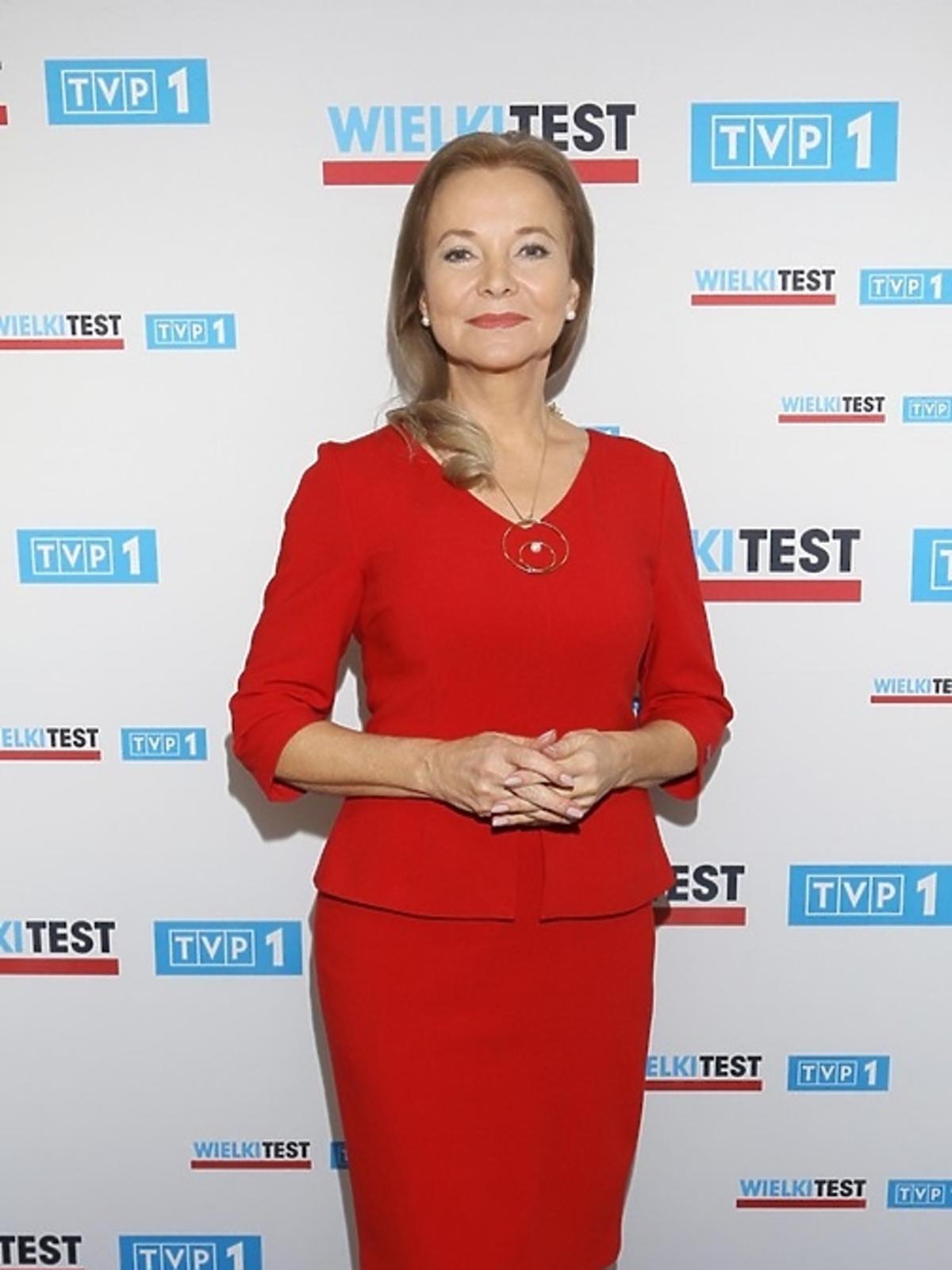 Laura Łącz w czerwonej sukience