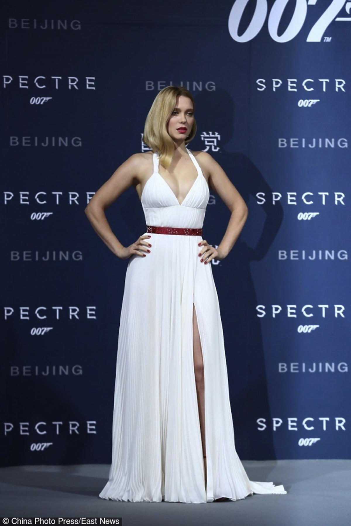 Lea Seydoux w białej sukience na czerwonym dywanie
