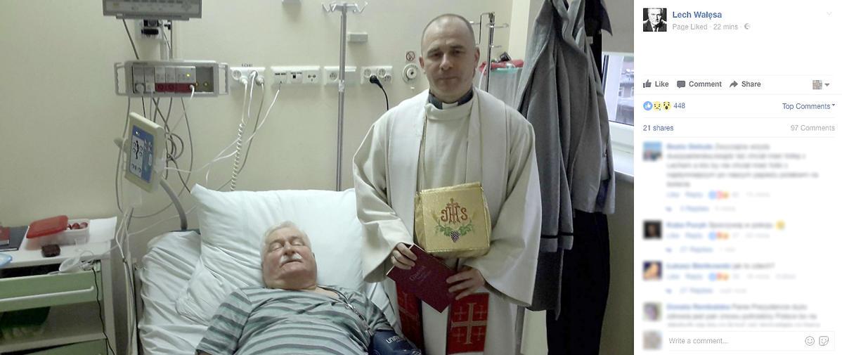 Lech Wałęsa z księdzem w szpitalu