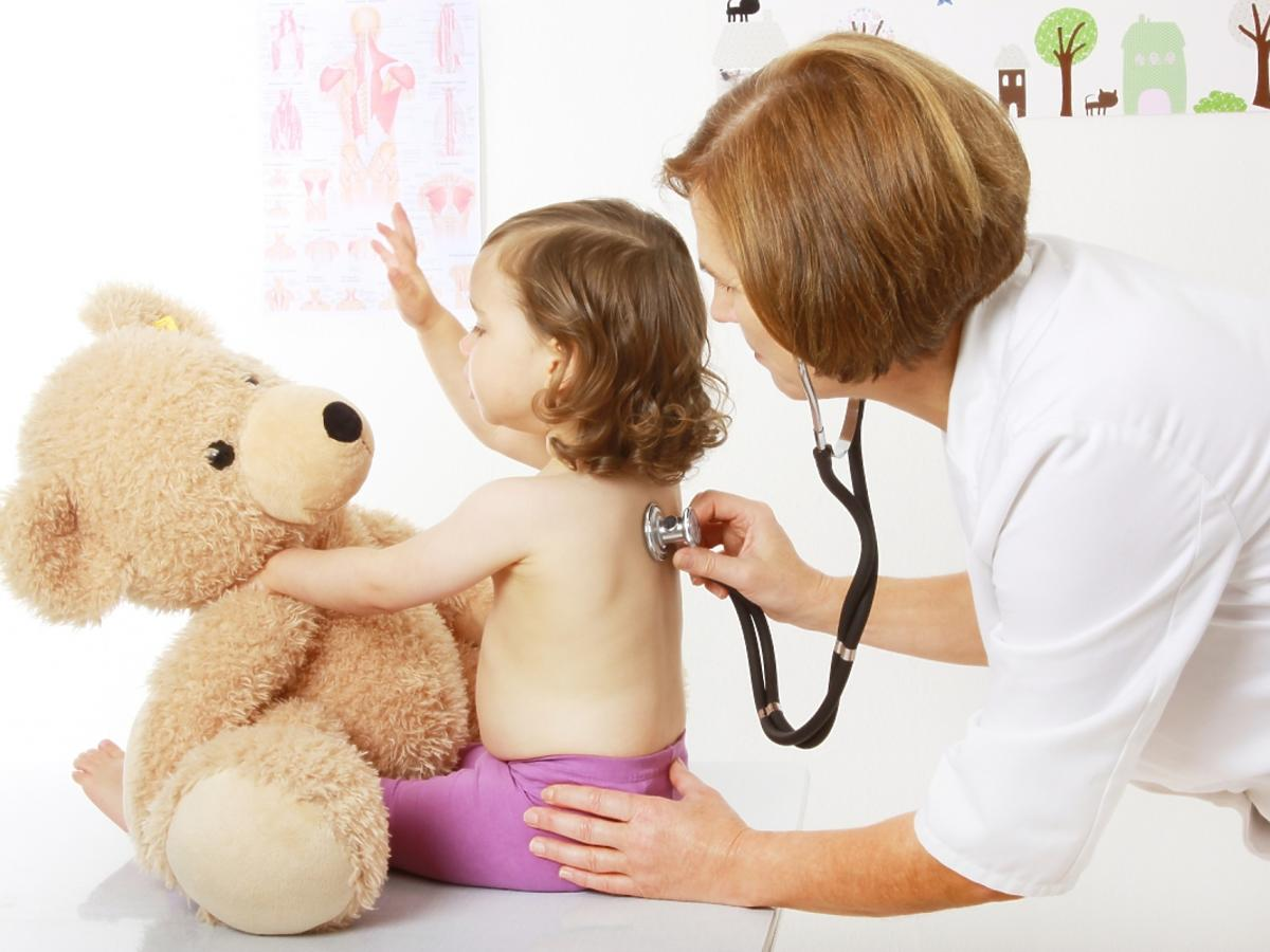 Lekarka bada małe dziecko
