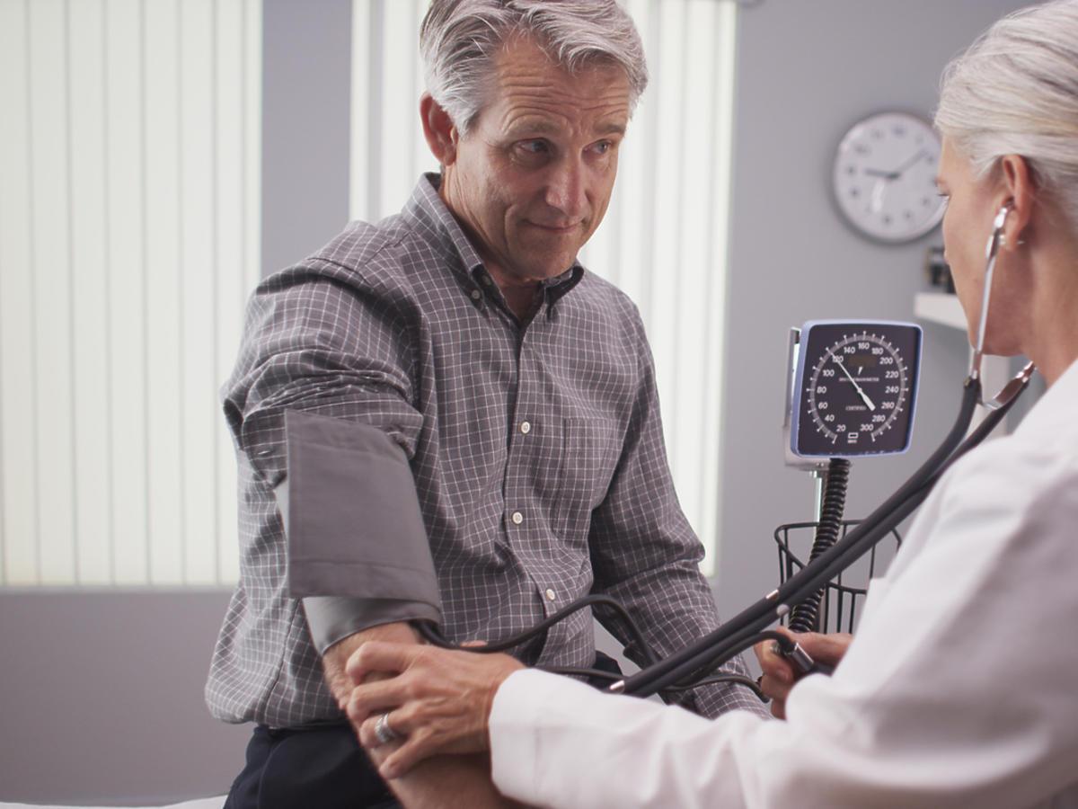 Lekarka mierzy ciśnienie pacjentowi