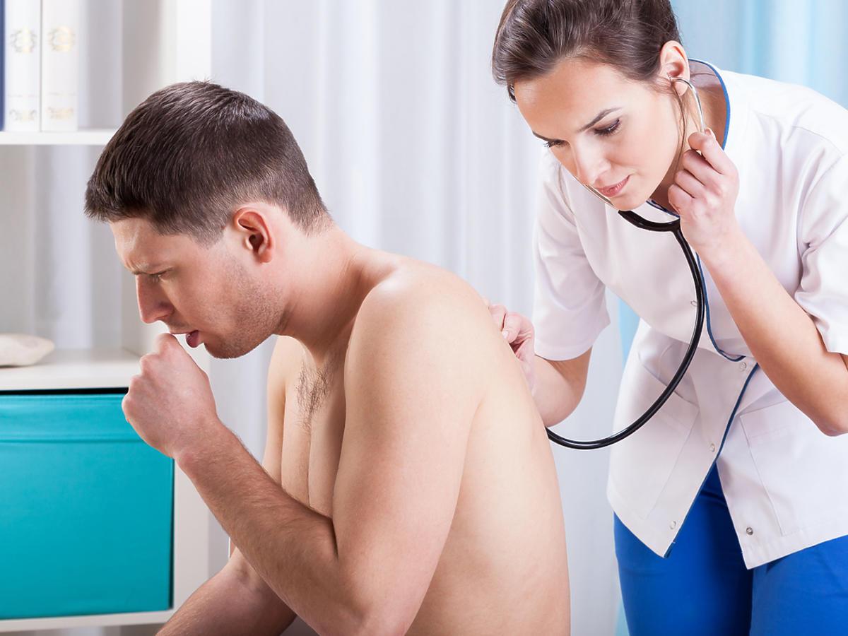 lekarka osłuchująca kaszlącego pacjenta