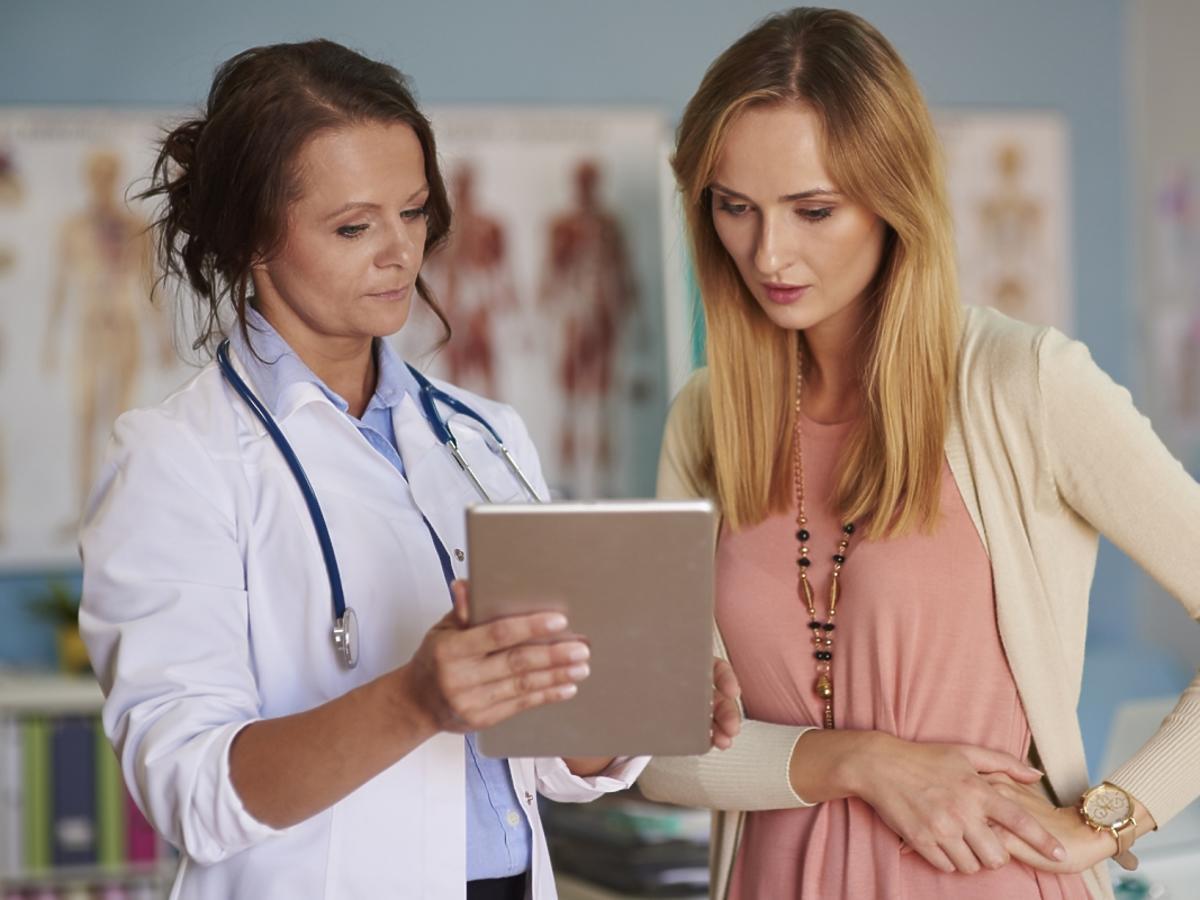 Lekarka prezentuje wynik badania na tablecie