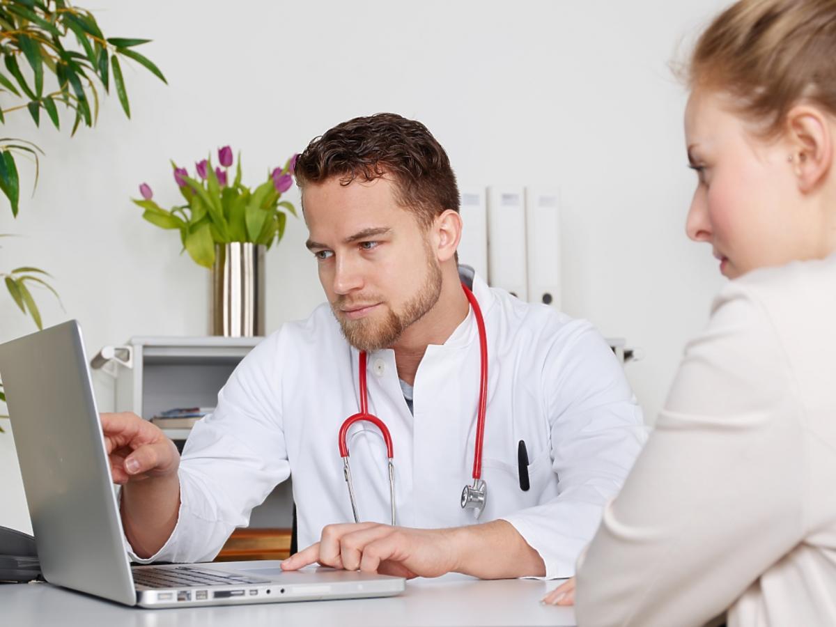 Lekarz rozmawia z kobietą na temat ziarnicy złośliwej