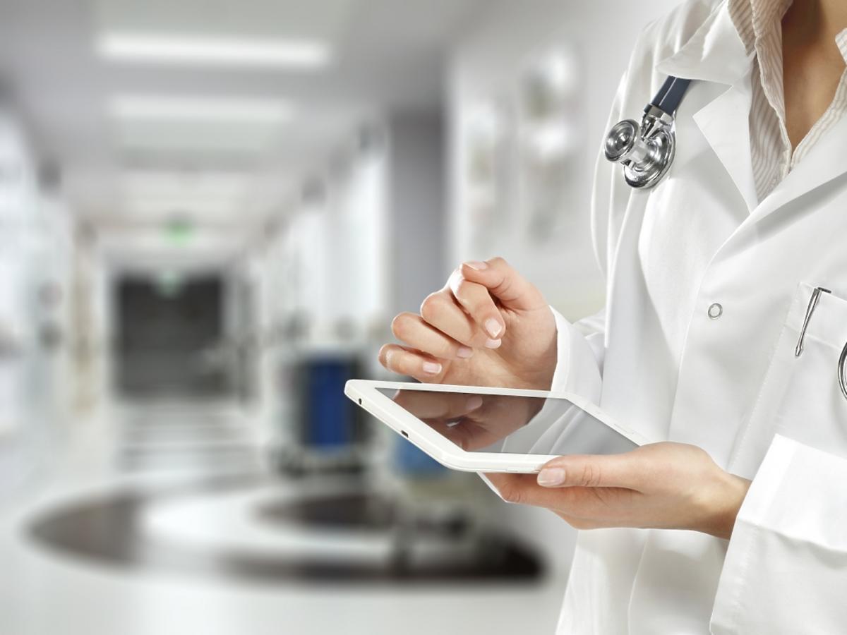 lekarz z tabletem