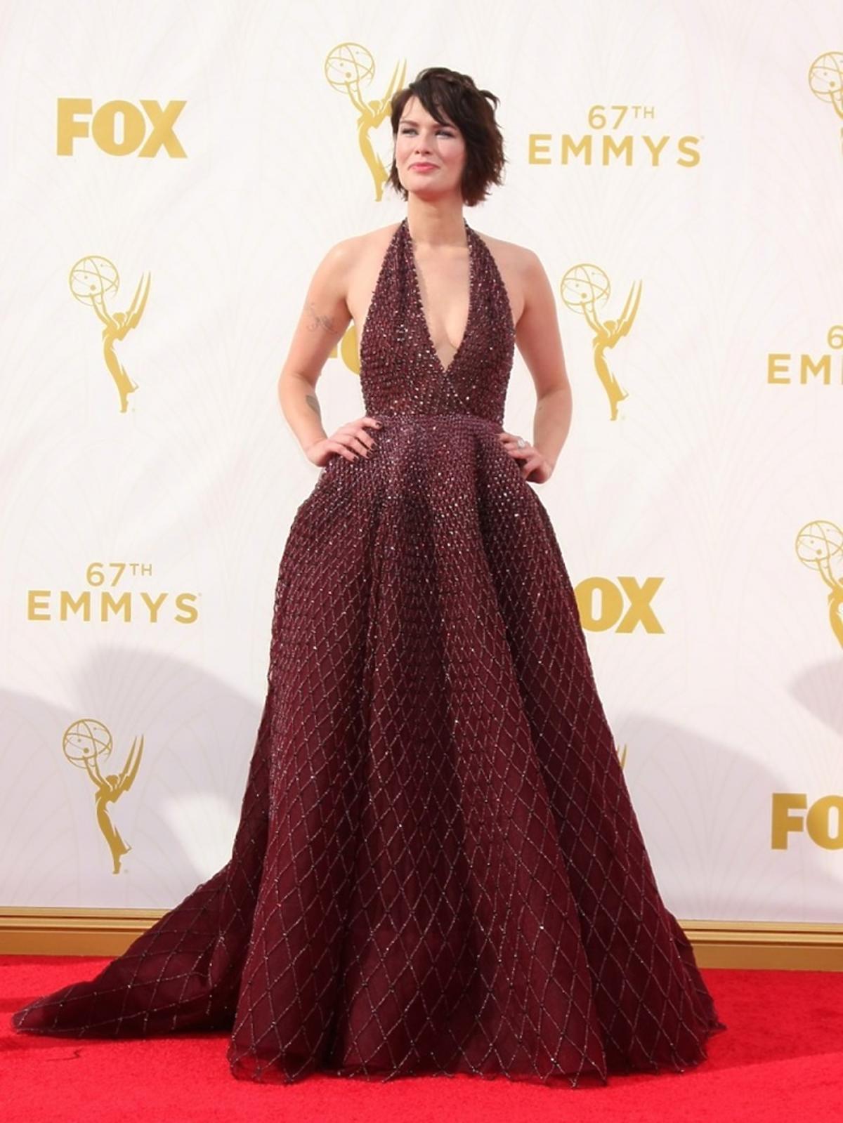 Lena Headey w błyszczącej  bordowej sukience