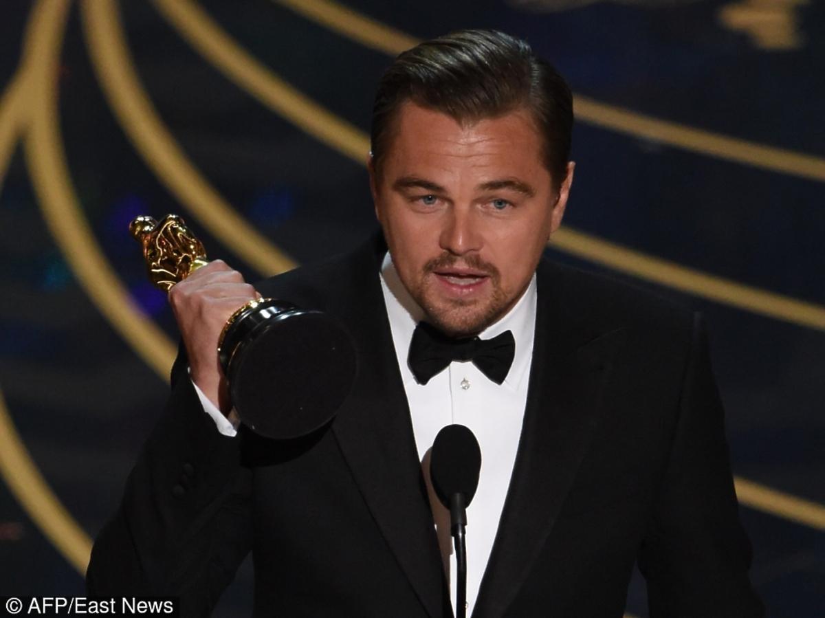 Leonardo DiCaprio trzyma Oscara