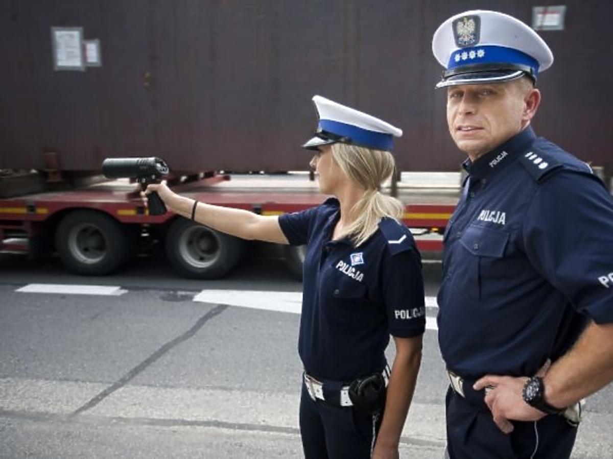 Leszek Kuzaj jako policjant w charytatywnym kalendarzu Fundacji Pomocy Wdowom i Sierotom