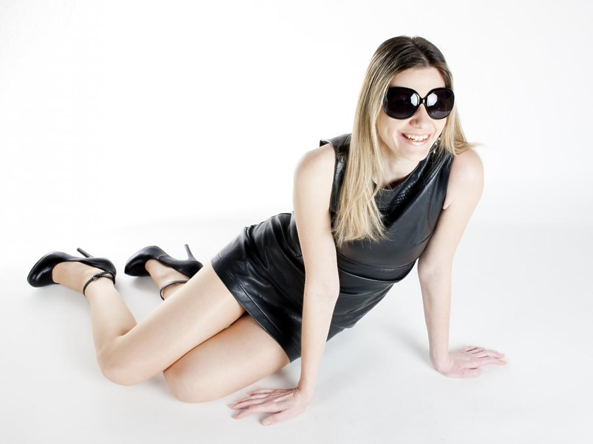 Leżąca kobieta w czarnej sukience ze skóry