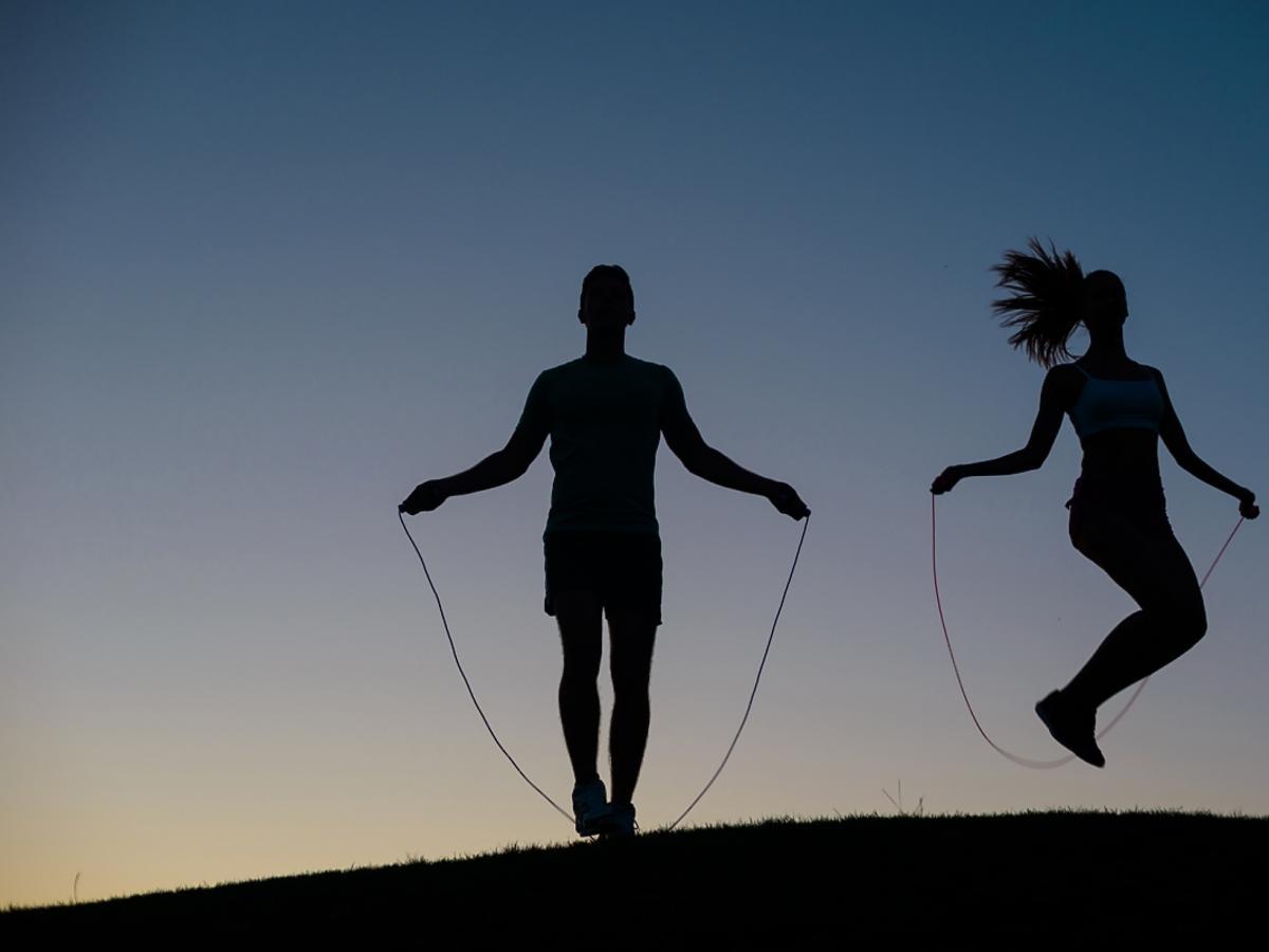 Ludzie ćwiczący na skakance