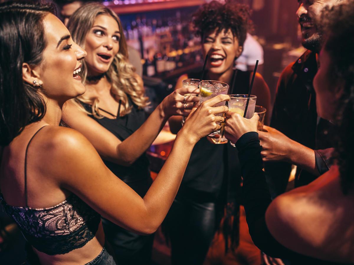 ludzie pijący drinki w klubie